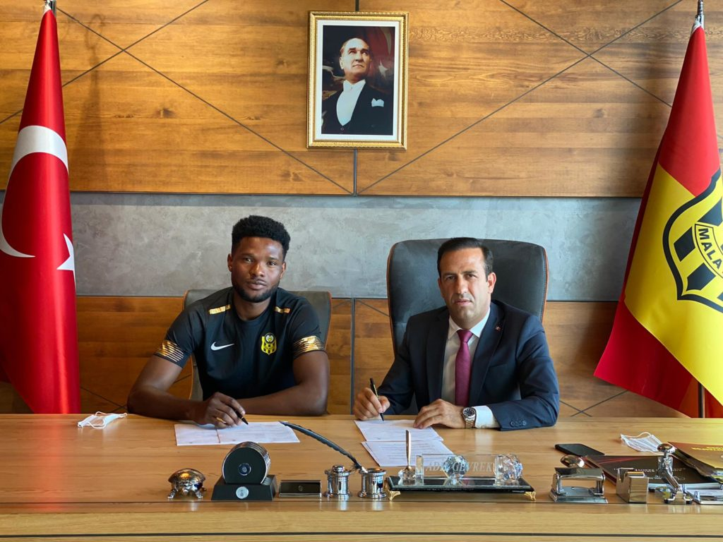 Benjamin Tetteh signing the contract with the President of Malatyaspor
